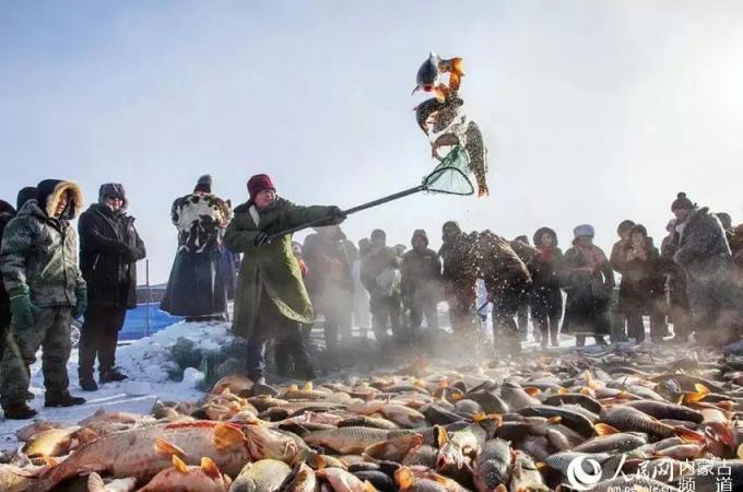 内蒙古这片湖泊,夏天极美,冬天热闹